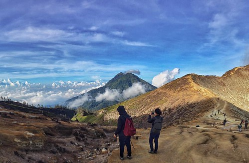 Good morning from Ijen Volcano 🌋. #ijen #volcano #weekend #holiday #trip #mountain #morning #sun #photooftheday #photography #sky #hiker