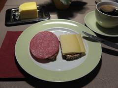 Salami und Bergkse auf NW-Brot (multipel_bleiben) Tags: essen frhstck kse wurst schweinefleisch zugastbeifreunden