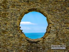 Paradise Spot (CH-Romain) Tags: normandie normandy sea mer beach plage sable falaise vue view ciel sky bleu vert france ouest cote west coast horizon mur pierre anneau
