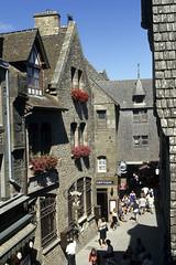 Mont-St-Michel, la Grande-Rue (Ytierny) Tags: france vertical architecture grande commerce pierre normandie foule ruelle rue toit lampadaire montstmichel enseigne abbaye edifice touriste vacancier estivant essentage ytierny