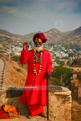 Amber Fort. (arturii!) Tags: hello trip travel red portrait india flower beauty smile hat wow beard landscape ma temple amber necklace amazing nice interesting ancient holidays colorful asia colours tour hand dress place superb fort retrato awesome great salute oldman tourist colores hills kind route stunning mano colored viatge hi sonrisa greetings turban collar vacations toga jaipur impressive barba greet gettyimages hola somriure amer flors retrat paisatge turbante rajhastan collaret saludar amable lloc canonoes400d arturii arturdebattk