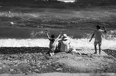 Testigo de juegos ajenos (Susana RC) Tags: playa lasnegras cabodegata verano gente people