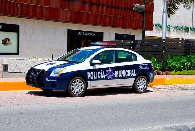 nissan sentra 2013 cancun mexico quintana roo state municipal police department pd emergency tourism tourist tour shopping plaza shops arjent lightbar