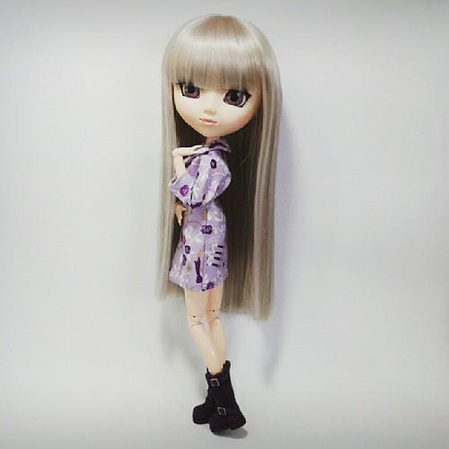 Top Model Kyra está de volta com novo visual e novo corte de cabelo. #topmodel #pullip #fashion #moda #hellokika