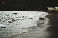 Lago Correntoso (JavierAndrs) Tags: trip travel viaje winter patagonia costa lake cold beach water argentina field de lago boat sand agua nikon waves dof place bokeh stones f14 playa arena shore campo invierno mm nikkor 50 fro olas depth lugar piedras viajar bote neuqun correntoso villalaangostura profundidad d3100