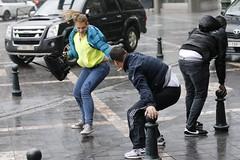 Βοήθα με να σε βοηθώ, να γλιτώσουμε απ' τον άνεμο. Δυνατός αέρας έπληξε την 28η Οκτωβρίου το κέντρο των Βρυξελλών, σε σημείο όπου ακόμα και το περπάτημα φάνταζε δύσκολο. (πηγή: Francois Lenoir—Reuters)