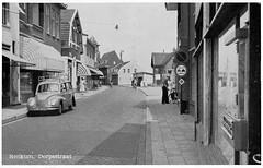 Renkum, Dorpsstraat, links winkel en auto van Fin Richards, tegenwoordig rechts fietswinkel Mastbergen (Historisch Genootschap Redichem) Tags: auto dorpsstraat winkel fin richards collectie renkum fietswinkel mastbergen fienbos