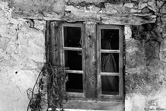 Through the window (Sonia Montes) Tags: blackandwhite black byn blancoynegro canon ventana pared casa viejo texturas
