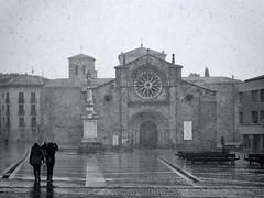 Nieva en la Plaza (Carlos Velayos) Tags: nieve streetphotography iglesia sanpedro avila piedra