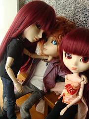 Yoshi, Mad y Susu (El beso) (Lunalila1) Tags: paris dark hotel outfit doll tour wig shade nakano groove pullip mad fh yoshi kuro vi hatter elbeso susumi alberic taeyang junplaning stica