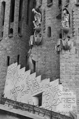 Sagrada Familia / Barcelona (rob4xs) Tags: barcelona blackandwhite bw church monochrome spain iglesia kirche gaudi catalunya kerk eglise modernisme spanje zw cataloni apostelen