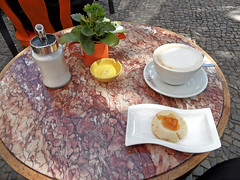 Kaffeepause (onnola) Tags: berlin kreuzberg deutschland germany graefekiez caf milchkaffee kaffee keks gebck tisch bistro restaurant mircey coffee coffeeshop cake cookie sugar zucker