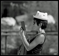 P1020392FemmeauchapeauroseW&B (musicos95) Tags: femme chapeau drle asiatique nb monochrome noir et blanc