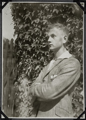 Archiv Chr041 Portrt eines jungen Mannes, 1920er (Hans-Michael Tappen) Tags: archivhansmichaeltappen portrt portrait mann youngman anzug kleidung outfit 1920s 1920er