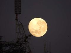 Lua e Torre do Villar Hotel (Mauricio Portelinha) Tags: moon antena globo rpc redeglobo tvglobo repetidora ivaipor antenadaglobo retransmissora repetidoradaglobo rpcparana rpcmaringa mmp1172