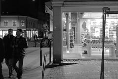 L1005166_v1 (Sigfrid Lundberg) Tags: lund window youth poster skne sweden sverige windowshopping consumerism yngling zm sdergatan skoaffr kattesund csonnart1550 zeiss50mmf15csonnarzm ynglingar