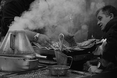 A bela castanha assada / Selling roasted chestnuts (El1saB) Tags: portugal lisboa lisbon ruaaugusta outono castanhas baixadelisboa castanhasassadas meljb