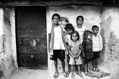 Foto di gruppo (daniele romagnoli - Tanks for 15 million views) Tags:    indien india romagnolidaniele d810 nikon asia  inde indiana indiani  strada street road bianconero biancoenero bw indie sguardi blackandwhite face monocromo monochrome bambini children village villaggio coalmines coal dhanbad jharkhand jharia people