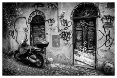 streets of Rome . (:: Blende 22 ::) Tags: street italy italien rom roma weis clouds sun sonne wolken light licht himmel sky canon canoneosd canoneos5dmarkiv ef2470mmf28liiusm black white blackwhite blackandwhite bw streets streetscene streetlive bike moped grafitti blackwhitepassionaward
