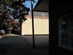 Eine Sule / One Column (bartholmy) Tags: light shadow reflection window mississippi licht parkinglot fenster pole ms natchez parkplatz schatten spiegelung stange