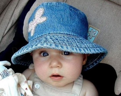 Bebê do olho azul com chapéu