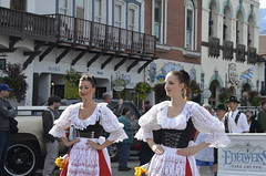 ein paar junge Frauen (Seattle.roamer) Tags: washington lace festivals parades oktoberfest octoberfest leavenworth dirndl fairsfestivals