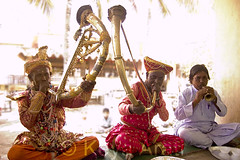 Musicians in Traditional Maharashtrian Dress (keyaart) Tags: musician india men women dancers folk lavani solapur tutari