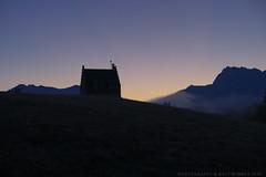 Morgenrot (g e g e n l i c h t) Tags: elmau morgenrot nebel gebude landschaft gegenlicht nokton 25mm lumixgx7 karwendel gebirge werdenfelserland