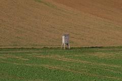 The lonely hunter (Xtraphoto) Tags: einsamkeit einsam lonely acker acre braun brown felder feld field hunter hunting jger jgerstand