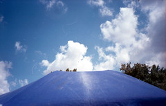 Blu oltremare (Minchioletta) Tags: olympusxa agfavista400 200iso ombrellone beachumbrella sky cielo clouds nuvole c41 lomographyandvintagecameras analogicait