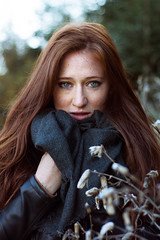 Fesselnde Schnheit (VeeePhotoJourney) Tags: select fesselndle schnheit ginger rote haare hair red flowers autumn shooting colors green eyes long scarf cosy fancy grne augen natrlich natural beauty beautiful attractive girl woman donna ella frau portrait nikon 7100 50 mm alto adige grden sdtirol