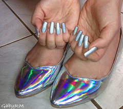 Sapatilha holográfica + esmalte (GabyRM) Tags: fashion rainbow shoes sapatos prata sapatilha combinando holográfico