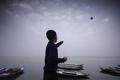 Kids n Kites (Karthi KN Raveendiran) Tags: india kite playing kids river boat kid play riverside varanasi kashi ganga ganges banaras kasi cwc banares indiankid playingkids karthikn chennaiweekendclikers karthiknraveendiran