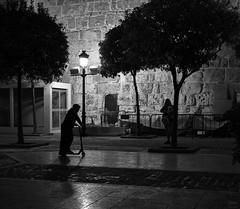 Muralla (Joaqun M Crespo) Tags: callejeo calle ciudad claroscuro cascohistorico byn blackwhite bw blancoynegro streetphoto street marbella noche nios night leica summicron35mmasph leicam9