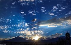 atardecer , montaas y resplandor (guilletho) Tags: landscape afternoon paisaje mexico popocatepelt clouds sun sunrays sunset mountains resplandor sol nubes puebla canon atardecer cielo blue sky