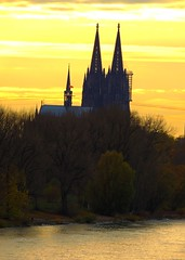 Kölner Dom unterm Goldhimmel (Sophia-Fatima) Tags: rhein rheinkilometer692 standortistdiemülheimerbrücke köln nrw deutschland kölnerdom cathedrale cologne rhine himmel sky