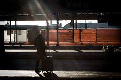 (Roberto Spagnoli) Tags: fotografiadistrada streetphotography orange arancio controluce backlight raggiodisole sunbeam sunshine ombra shadow color people viaggio trip solitudine solitude vignetting