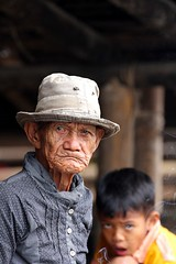 Rantepao, Sulawesi, Indonesia, 2013 (Photox0906) Tags: old boy portrait people man look hat indonesia asia asien smoke grandfather yawn smoking age chapeau asie fumeur smoker sulawesi vieux homme garon regard wrinkled fumer fume vieillesse toraja bailler grandpre indonsie vieillard rantepao rid clbes indonsien