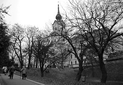 Up the slope (Aka-47) Tags: street trees light sky people blackandwhite cold blancoynegro luz architecture clouds bui