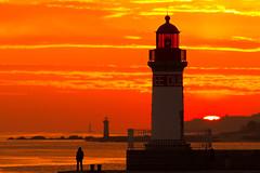 Feu de la jetée Ouest (Philippe POUVREAU) Tags: ocean sunset mer port soleil harbour 7d feu saintnazaire 2103 couchersoleil loireatlantique