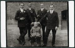 Archiv H537 Fnf Brder (front), 1916 (Hans-Michael Tappen) Tags: archivhansmichaeltappen brder geschwister kleidung gruppenfoto outdoor brother strmpfe anzug stuhl wwi 19141918 1916