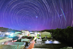 陽台上的轉圈圈 (M.K. Design) Tags: longexposure light building nature beautiful architecture night landscape nikon image farm country taiwan 南投 nikkor 台灣 nano ultrawide 風景 afs startrails 埔里 鄉村 田園 superwide 秘境 2013 星軌 大坪頂 28g 車軌 d700 長曝 1424mm