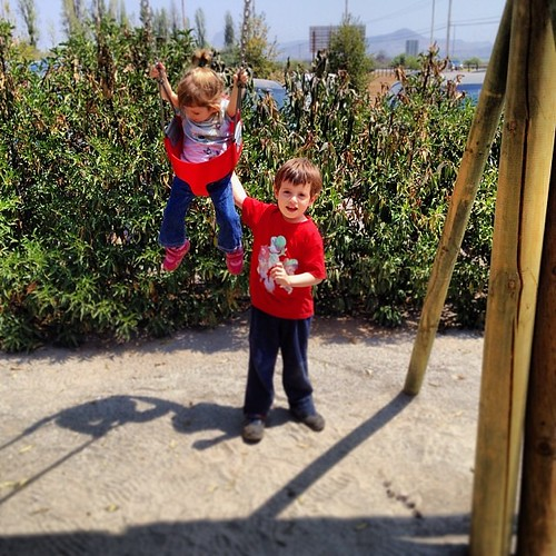 ...el nuevo deporte de Benjamín: lanzamiento de su hermana ;-P