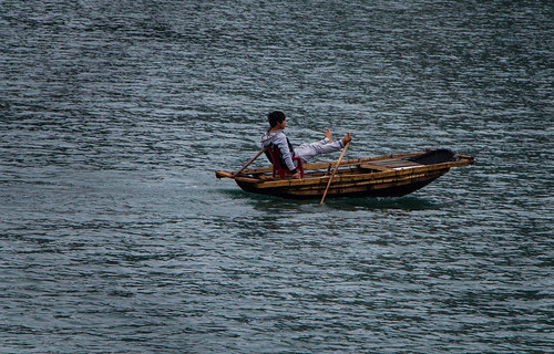 2013-11: Halong Bay: Foot rowing