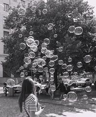 ogni bolla  un pensiero della mente...... piccola o grande.... sale verso l'alto ... fino a scoppiare lasciando solo il ricordo di quell'emozione (lucio_Kayak) Tags: prague