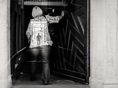 268/366 - Mehrfachbelichtungen Multiple Exposures (Boris Thaser) Tags: 365 366 43 augsburg bavaria bayern creativecommons deutschland doppelbelichtung durchgang eingang erwachsener explore flickr frau fujixt1 fujifilmxt1 germany kontrast mehrfachbelichtung menschen passage project365 projekt querformat sw schattenbild schattenriss schwarzweis silhouette stadt strase strasenfotografie streetphotography szene tür umriss adult bw blackandwhite candid city contrast door doorway doubleexposure entrance landscapeformat multipleexposure people photoaday pictureaday project project366 scene shape street streettog tog ungestellt unposed woman zweisichtde zweisichtig