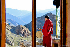 Monk in Ladakh (Yeoboya) Tags: india ladakh kashmir monk monastery meditation gong
