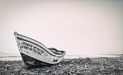 El bote y Jehova. (Daniel Fotografia :)) Tags: exit playa luz airelibre cielo light per sea lalibertad naturaleza nature mar bote jehova blancoynegro blackandwhite