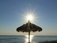 sembra appoggiato sull'ombrellone - Senigallia (walterino1962) Tags: sole ombrellone cielo mare onde boasegnalazione luci ombre riflessi senigallia ancona