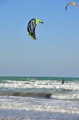 Italien Venedig Lido DSC_0499 (reinhard_srb) Tags: italien venedig lido lagune insel meer wellen menschen sonnenschein november wind ufer kste strand urlaub freizeit ferien kitesurfing surfen schirm kiteboard sport aktivitt spas fun